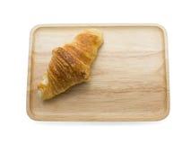 Croissant sul piatto di legno fotografia stock