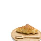 Croissant sul piatto di legno immagine stock libera da diritti