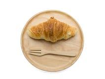 Croissant sul piatto di legno fotografia stock libera da diritti