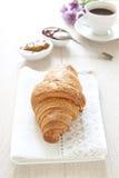 Croissant sulla tavola con inceppamento e caffè Fotografia Stock