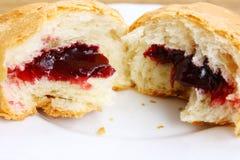 Croissant tagliato metà e metà Fotografia Stock