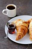 Croissant tradicionais com doce para o café da manhã Foto de Stock
