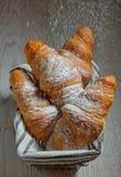 Croissant in un canestro sulla tavola Fotografie Stock
