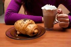 Croissant y cacao Fotografía de archivo