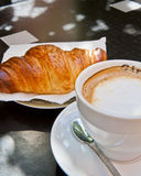 Croissant y Cappuccino para el desayuno fotos de archivo libres de regalías