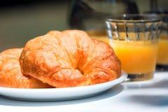 Croissant y zumo de naranja Imagenes de archivo