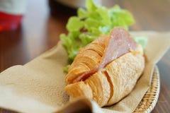 Croissant z baleronem i serem na drewnianym Obraz Royalty Free