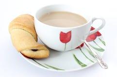 Croissant z kawą na białym tle Obrazy Stock
