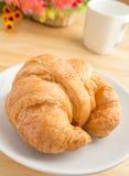 Croissant z kawowym kubkiem Obrazy Stock
