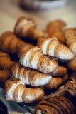Croissantbrood op buffetlijn Stock Afbeelding