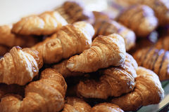 Croissantbrood op buffetlijn Stock Fotografie