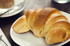 Croissantbroodje in een Koffie Royalty-vrije Stock Fotografie
