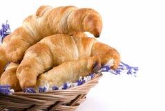 Croissanten in een Mand Stock Afbeeldingen