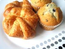 Croissanten en muffins Royalty-vrije Stock Afbeeldingen