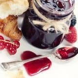 Croissanten met jam (het concept van de Valentijnskaart) Stock Foto's