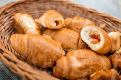 Croissants Śniadanie w łóżku i outdoors zdjęcia stock
