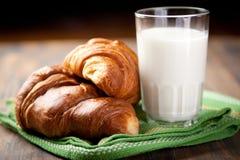 croissants γάλα στοκ εικόνα με δικαίωμα ελεύθερης χρήσης