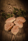 Croissants, ζύμες, muffins, κέικ και ζύμες σε ένα όμορφο ξύλινο υπόβαθρο 1 Στοκ Φωτογραφίες