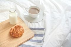 croissants και γάλα στο κρεβάτι Στοκ φωτογραφίες με δικαίωμα ελεύθερης χρήσης