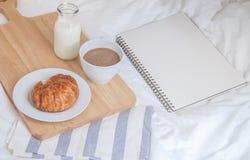 croissants και γάλα στο κρεβάτι Στοκ φωτογραφία με δικαίωμα ελεύθερης χρήσης