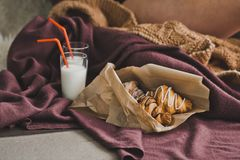 Croissants με τη σοκολάτα και γάλα στα γυαλιά 1308 Στοκ Φωτογραφία