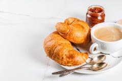 Croissants με τον καφέ Στοκ φωτογραφία με δικαίωμα ελεύθερης χρήσης