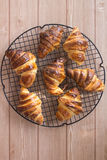 Croissants σε ένα δροσίζοντας ράφι Στοκ φωτογραφίες με δικαίωμα ελεύθερης χρήσης