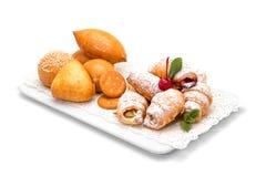 Croissants στην κονιοποιημένη ζάχαρη με τις κροτίδες και τα κουλούρια στοκ φωτογραφία με δικαίωμα ελεύθερης χρήσης