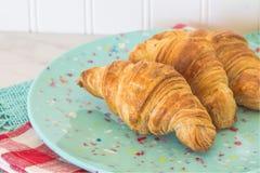 Croissants στο πράσινο Speckled πιάτο Στοκ εικόνες με δικαίωμα ελεύθερης χρήσης