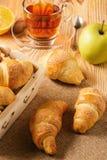 Croissants avec de la confiture de pomme sur le fond en bois Photos stock