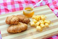 Croissants avec du fromage et le miel Image libre de droits