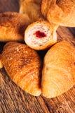Croissants avec la confiture sur un fond en bois Images stock