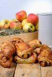 Croissants avec une boîte de pommes Images libres de droits