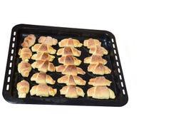 Croissants chauds sur une plaque de cuisson Photo stock