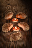 Croissants, ciasta, muffins, torty i ciasta na pięknym drewnianym tle z świeczkami 4, Obrazy Royalty Free