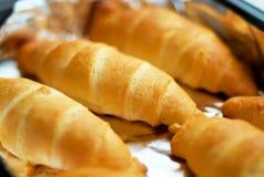 Croissants cocidos al horno hogar en hoja Imagen de archivo