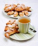 Croissants com o copo do chá Imagem de Stock