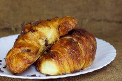 Croissants con cioccolato su una zolla fotografie stock libere da diritti