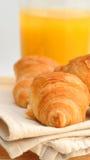 Croissants con el zumo de naranja Imagen de archivo