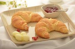 Croissants con mantequilla y atasco Fotos de archivo