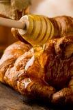 Croissants con miele fotografie stock
