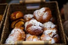 Croissants cotti freschi fotografie stock