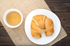 Croissants cuits au four frais avec le thé sur la serviette Photos libres de droits