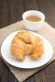 Croissants cuits au four frais avec le thé sur la serviette Photo libre de droits