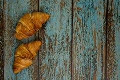 Croissants cuits au four frais sur un vieux fond de cru photographie stock