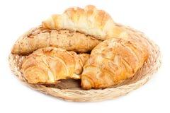 Croissants délicieux dans un panier images stock