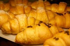 Croissants d'or dans la fenêtre de boutique Photographie stock