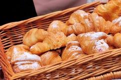 Croissants dans le panier Photo stock