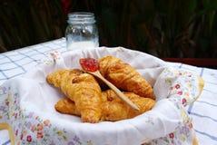 Croissants dans le panier avec la serviette de modèle de fleur Image libre de droits