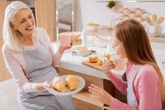 Croissants de offre âgés heureux de femme Images libres de droits